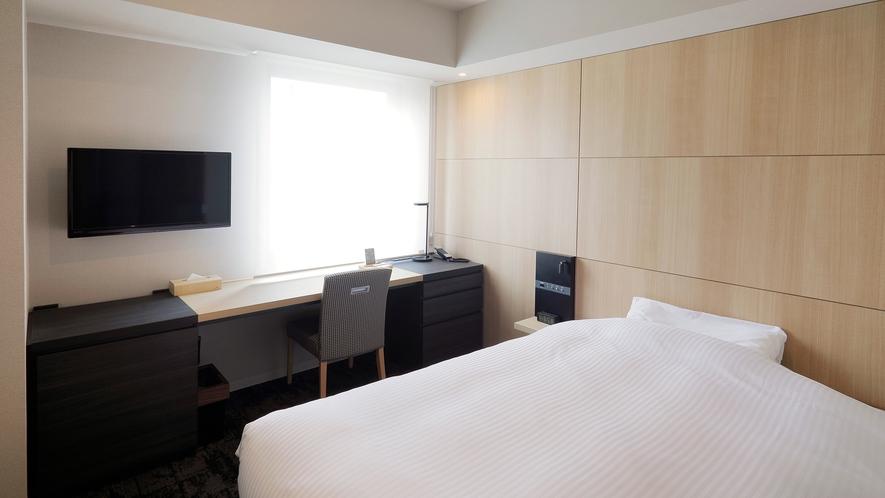140cm幅ベッド・ワイドデスク完備のシングルルーム