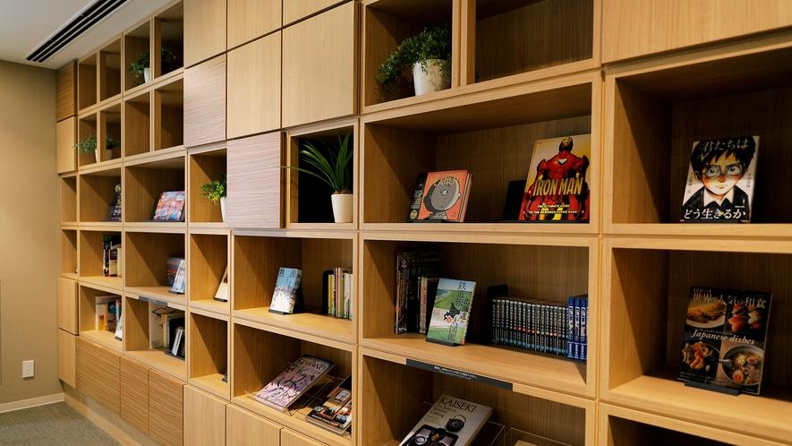 ラウンジには厳選した約300冊以上の本をご用意