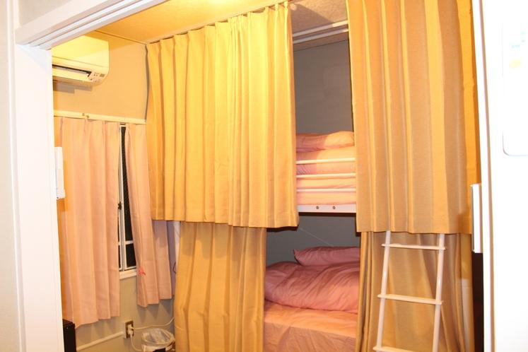 女性ドミトリー4人部屋02号室奥のベッド