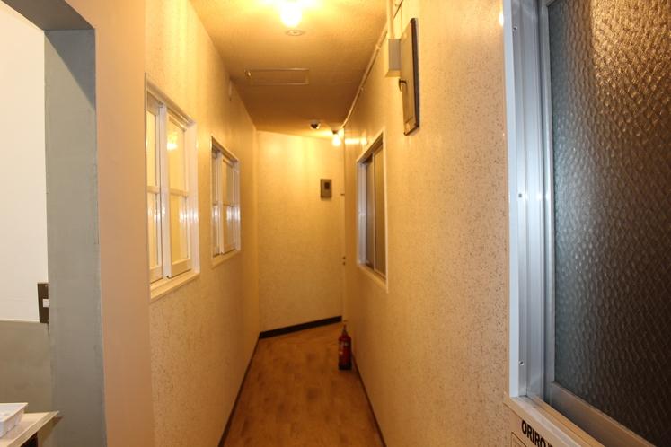 3階受付スペースから男性ドミトリー03・04・05号室への廊下