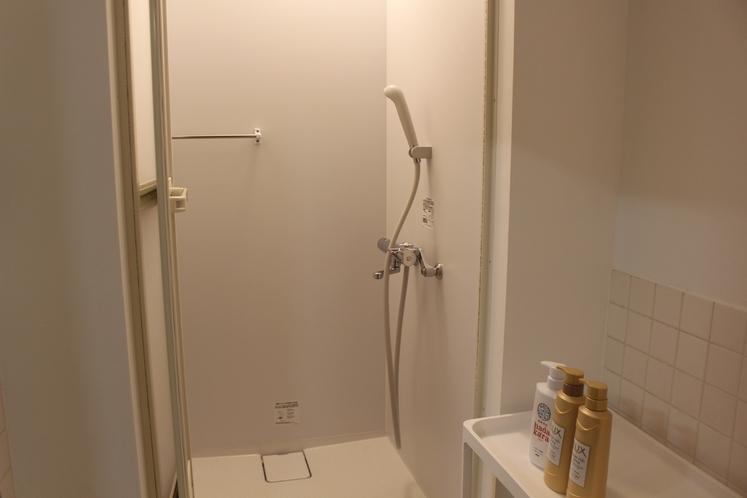 女性ドミトリー8人部屋01号室シャワールーム