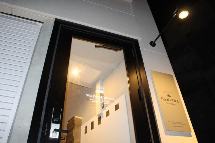 ゲストハウス出入口左側より1階(夜)