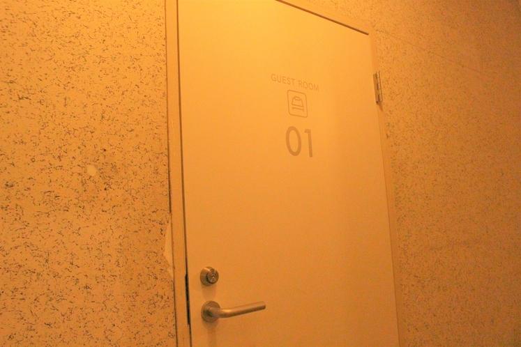 女性ドミトリー8人部屋01号室出入口