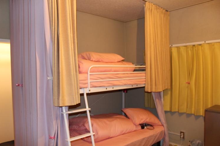女性ドミトリー4人部屋02号室手前のベッド