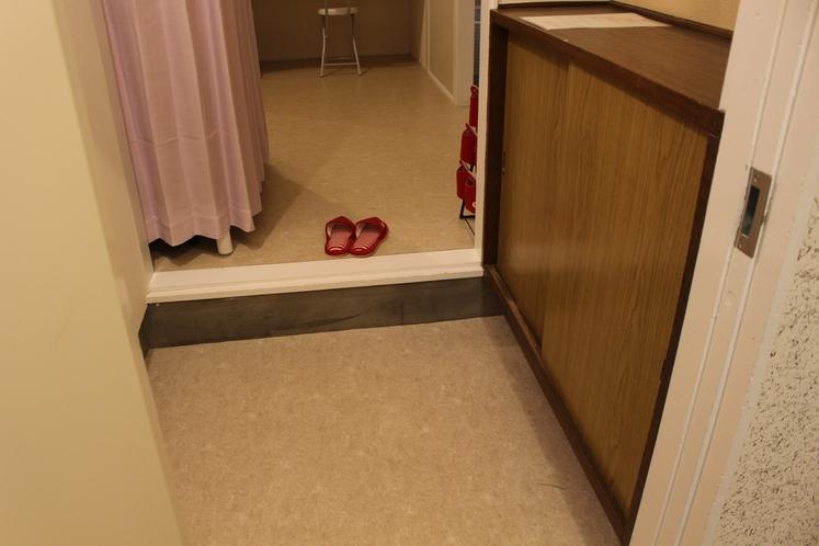 女性ドミトリー4人部屋02号室靴置きスペース