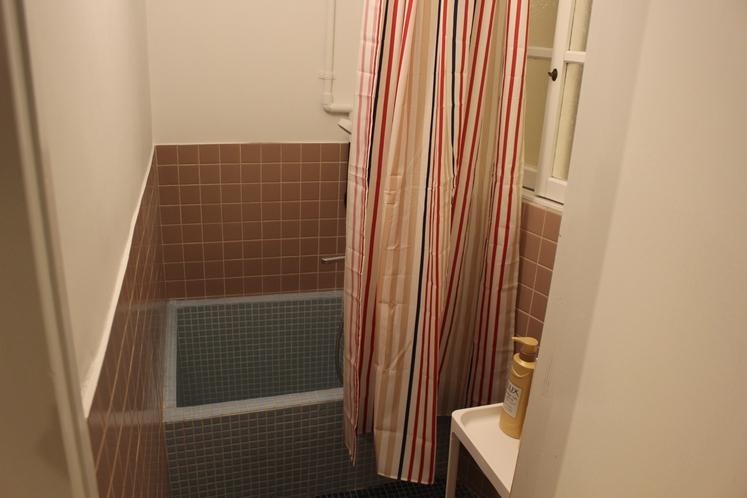 女性ドミトリー4人部屋02号室共用シャワールーム
