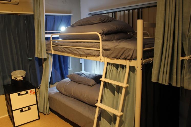 男性ドミトリー4人部屋05号室奥ベッド