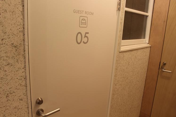 男性ドミトリー4人部屋05号室出入口