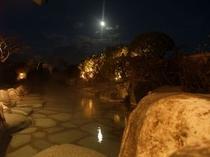 露天から見た満月