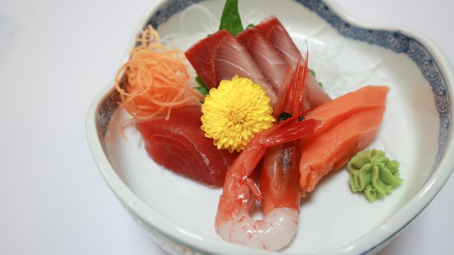 *【夕食/刺身一例】その時の旬の海鮮をお出ししています