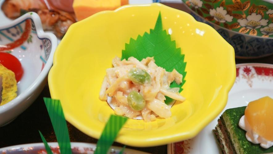 *【夕食/お通し一例】旨味とコクが口に広がる、帆立胡麻サラダ