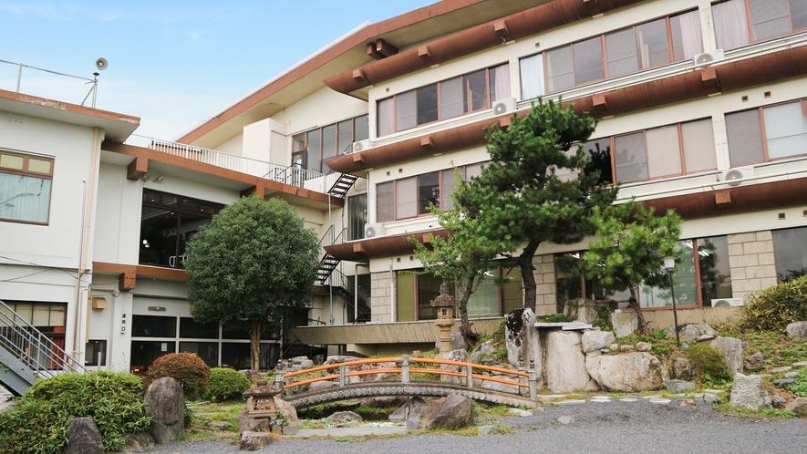 *【日本庭園】灯篭、巨石、太鼓橋などを配した四季の花が咲く庭園