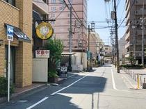 この道をすすみ次の角を右に曲がるとスーパーホテル