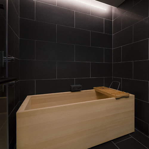 ヒバの浴槽/まろやかなお湯を楽しみながらのバスタイム