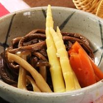 夕食にお出ししている根曲り竹の煮物のイメージです