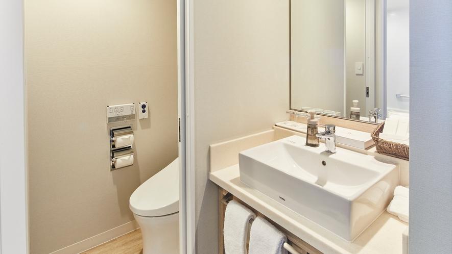 〇特別フロアに位置する「ニッコースーペリアルーム」のお手洗いと独立洗面台(一例)