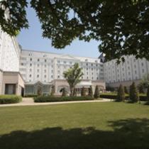 緑の木陰とホテル外観