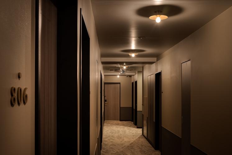 廊下 上品なデザインの中にもこだわったライトでおしゃれな空間を演出。