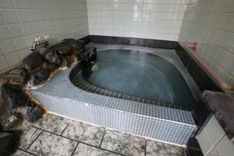 小風呂、夏は冷鉱泉のお風呂、冬は意外と落ち着く小風呂