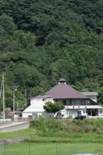 外観、国道412号から見たこまや旅館
