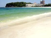 宿の目の前は、白砂の「白良浜ビーチ」が広がる。