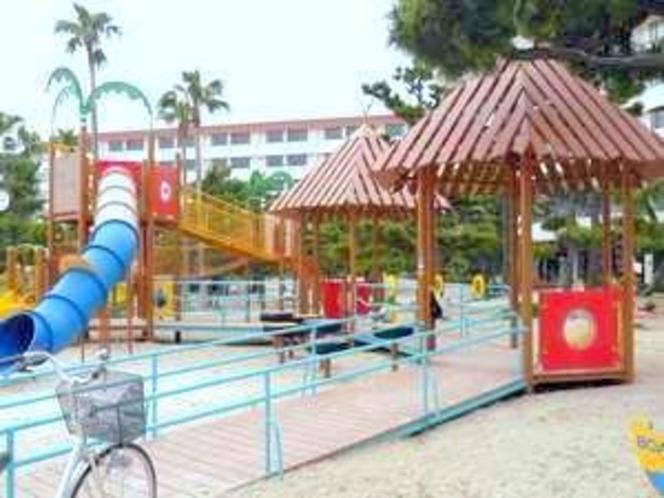 白良浜の公園で子供さん達が遊んでいます♪