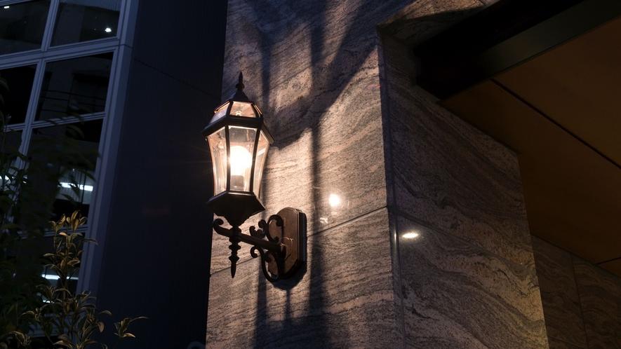 夜のエントランス照明