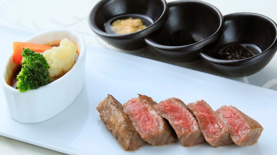 メインのステーキは目の前の鉄板で調理します。
