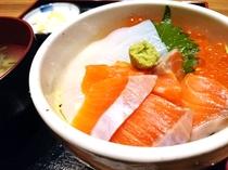 好みの丼をオリジナルで!海鮮のっけ盛丼が無料朝食に♪