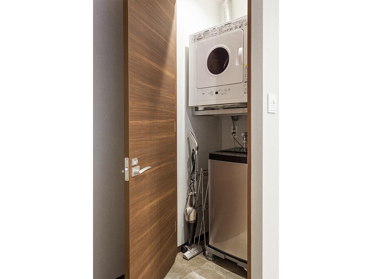 琉球ファミリースイート(和洋室・定員7名)収納されている洗濯機とガス衣類乾燥機