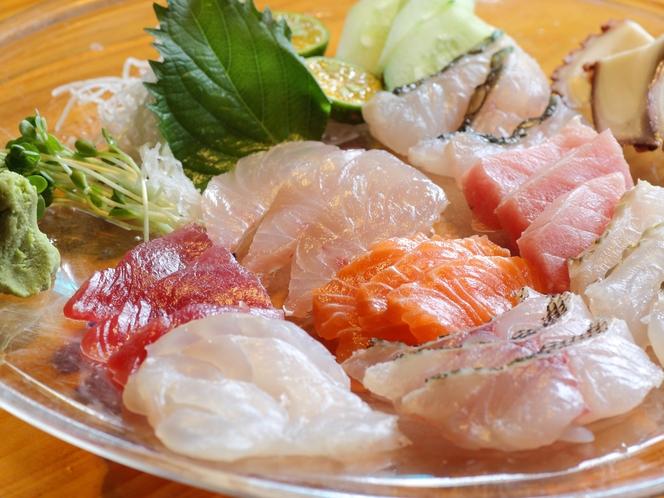 県産魚の刺身盛り合わせ【メニュー例】周辺は飲食店が集まるエリア