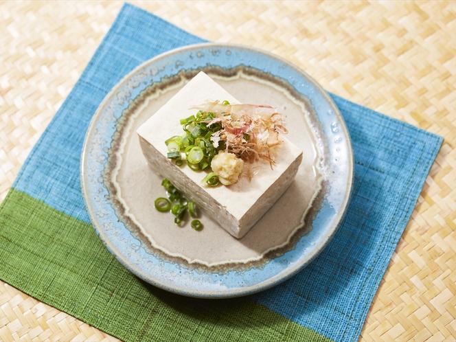 島豆腐の冷奴【メニュー例】周辺は飲食店が集まるエリア