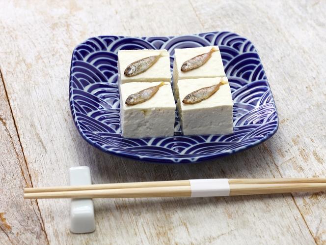 島豆腐とスクガラス【メニュー例】周辺は飲食店が集まるエリア