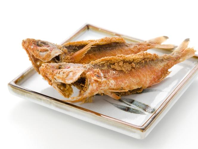 県魚グルクン(たかさご)の唐揚げ【メニュー例】周辺は飲食店が集まるエリア