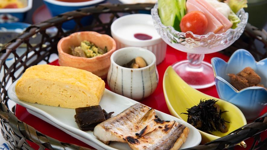 *【朝食一例】盛りかごに5種類の器が入った可愛い「華御膳」をご用意。