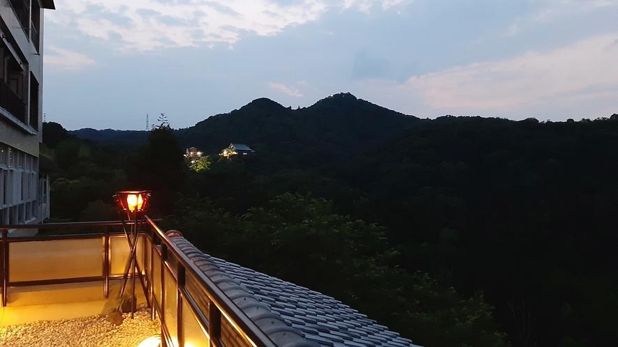 *夕暮れ、刻一刻と表情を変える景色を見ながら、テラスで夕涼み。