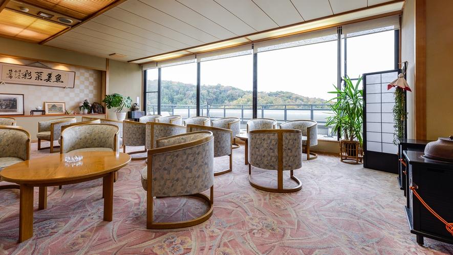 *【ロビー】景色が楽しめる大きな窓のある開放的な空間です。