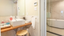 *【バスルーム】テントと繋がったキャビンにはホテルのようなバストイレ設備