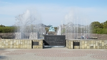 平和祈念像と泉
