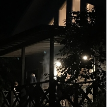 夕闇に室内の灯り。