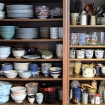 キッチンの食器棚。皿、椀物、グラス、湯飲み等、揃っています。