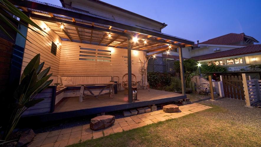 【ドッグランにあるベンチ】宿に併設された屋根付きの大きなウッドデッキ