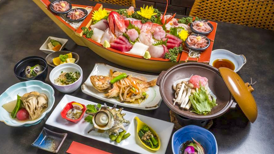 【夕食の一例】伊豆人オーナーこだわりの地元でとれた新鮮食材