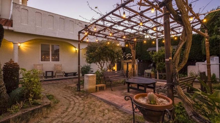 【パティオ】ワンちゃんも遊べる、南国風のリゾート感あふれる中庭