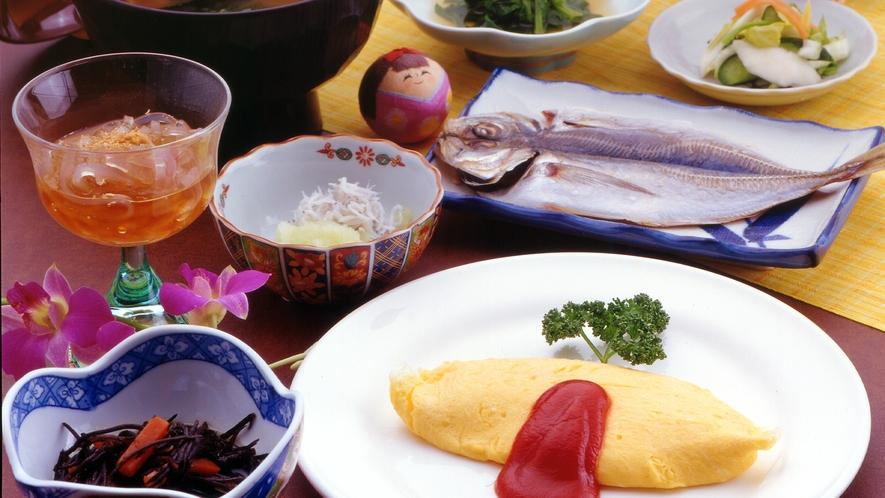 【朝食の一例】ふわふわオムレツ と人気の定番!アジの干物