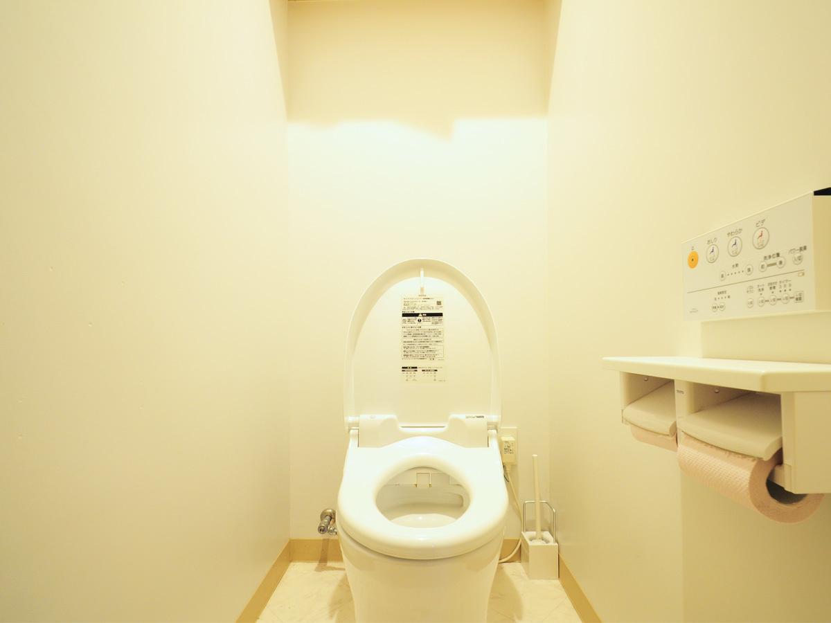 【トイレ】キッチン裏側のお部屋にございます。