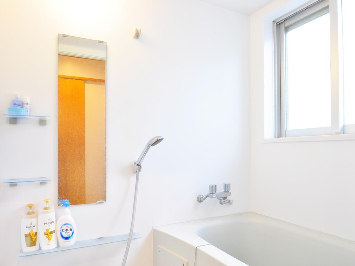【館内】メインの浴室はバスタブ付き、湯船に浸かって1日の疲れ癒してください♪