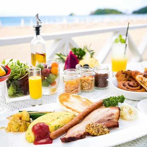 潮風の朝食/白砂のビーチとエメラルドグリーンの海を目の前に、ゆったりと優雅な朝食。