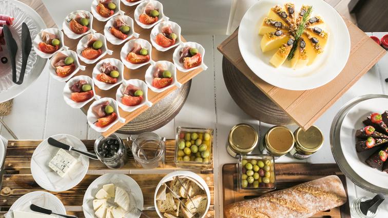 【潮風の朝食】スパークリングワインに合うバケットやチーズ、オリーブやビヤサラミなどのアペタイザー