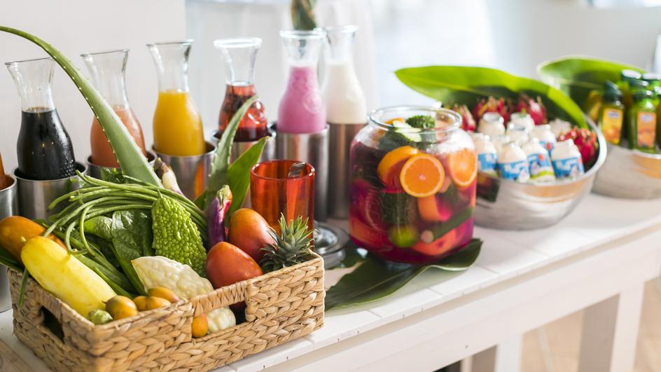 【潮風の朝食】チーズスフレやショコラパウンド、スイートポテトなどのケーキや南国のフルーツも充実。